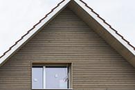 Eine Aufstockung/Erweiterung des Dachraumes mit Elementen, wie auch die Montage einer neuen Rhomboid Schalung mit Weathering Stain Finish aussen.