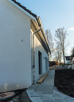 Ein schönes Einfamilienhaus das sich an einer tollen Lage befindet und sich modern und schlicht zeigt.