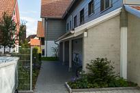 2 Mehrfamilienhäuser mit viel Umschwung und schönen Holzbau Details.