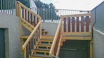 Eine Brücke und eine schöne Treppe als neue Zugänge infolge Bauarbeiten