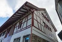 Der Umbau eines alten Bauernhauses und der Anschluss eines neuen Mehrfamilienhauses war ein interessantes Objekt. Viele schöne Details im neuen wie im alten Teil, laden zum verweilen und ansehen ein.
