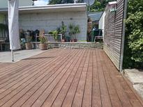 Eine Kebony Terrasse, verlegt auf eine Aluminium Unterkonstruktion. Die Stoss ausbildung ist wild und lenkt  somit davon ab das überhaupt gestossen werden musste.