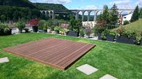 Fertig gelegt und umrandet  in Kebony, mit der wunderschönen Aussicht auf die Eisenbahnbrücke Eglisau